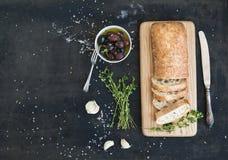 Le pain italien de ciabatta a coupé dans les tranches sur en bois Image stock