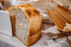 Le pain roumain traditionnel a fait cuire au four sur le foyer avec du bois photos stock