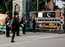 Le Pakistanais de marche garde dans l'uniforme national à la cérémonie d'abaisser les drapeaux Lahore, Pakistan Photographie stock