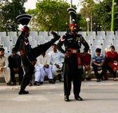 Le Pakistanais de marche garde dans l'uniforme national à la cérémonie d'abaisser les drapeaux Wagah, Lahore, Pakistan Photo libre de droits