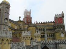 Le palais coloré de Pena, dans Sintra, Lisbonne un jour brumeux photo libre de droits