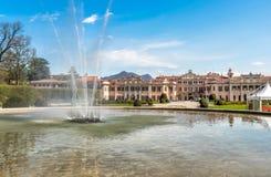 Le palais d'Estense Palazzo Estense avec la fontaine dans l'avant, est un de l'endroit de les plus populaires de Varèse, Italie Photo stock