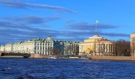 Le palais d'hiver et le bâtiment d'Amirauté dans le ligh de soirée Photographie stock libre de droits