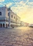 Le palais de Duks sur le St marque la place à Venise Image stock