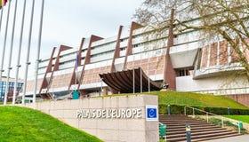 Le palais de l'Europe, construit en 1977, est le siège du Conseil de l'Europe et l'ancien siège du Parlement européen Image libre de droits