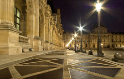 Le palais de Louvre (par nuit), France Photo stock