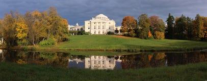 Le palais de Pavlovsk pendant l'automne images libres de droits
