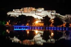 Le palais de Potala au crépuscule Photographie stock libre de droits