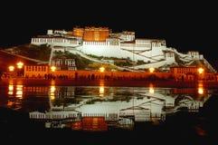 Le palais de Potala la nuit Photographie stock libre de droits