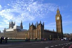 Le palais de Westminster sur la Tamise à Londres Photographie stock libre de droits