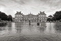 Le palais du luxembourgeois et l'étang au Luxembourg font du jardinage, Paris Photos libres de droits