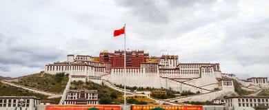 Le Palais du Potala dans la vue de jour de Lhasa de la place avec l'alerte chinoise, région autonome du Thibet Ancienne résidence image libre de droits