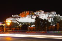 Le Palais du Potala la nuit Photo libre de droits