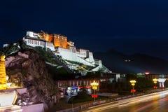 Le Palais du Potala sous la nuit images libres de droits
