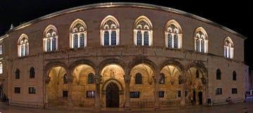 Le palais du recteur la nuit images libres de droits