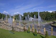 Le palais grand de Peterhof et la cascade grande à St Petersburg, Russie images libres de droits