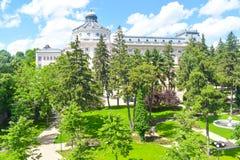 Le palais patriarcal avec de beaux jardins verts de parc dans un jour d'été Architecture néoclassique à Bucarest, Roumanie photos libres de droits