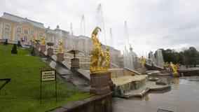 Le palais royal dans Peterhof et des fontaines banque de vidéos