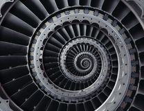 Le palette della turbina industriali metalliche ripetitive hanno torto per svilupparsi a spirale con cattivo allineamento concent Fotografie Stock
