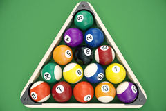 le palle da biliardo dell'illustrazione 3D hanno sistemato in un triangolo osservato da sopra, vista superiore Snooker, gioco del Immagine Stock