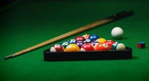 Le palle da biliardo si riuniscono sulla tavola verde Immagini Stock Libere da Diritti