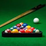 Le palle da biliardo si riuniscono sulla tavola verde Fotografia Stock