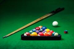 Le palle da biliardo si riuniscono sulla tavola verde Immagini Stock
