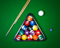Le palle da biliardo si riuniscono sulla tavola verde Fotografia Stock Libera da Diritti