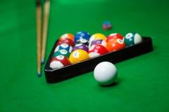 Le palle da biliardo si riuniscono sulla tavola verde Fotografie Stock