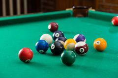 Le palle da biliardo sulla tavola verde con biliardo inseriscono, ostacolano, riuniscono il g Immagini Stock
