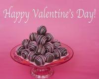Le palle del dolce di cioccolato spogliate con la caramella rosa fonde il pyra impilato Fotografie Stock Libere da Diritti