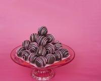 Le palle del dolce di cioccolato spogliate con la caramella rosa fonde il pyra impilato Immagini Stock Libere da Diritti