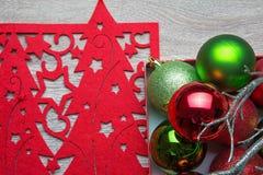 Le palle del nuovo anno con il tovagliolo rosso fotografie stock libere da diritti