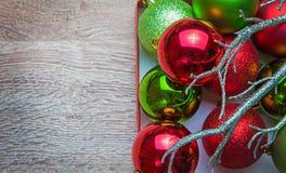 Le palle del nuovo anno su legno fotografie stock