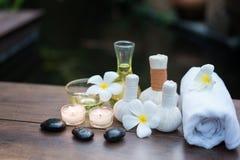 Le palle della compressa di massaggio della stazione termale e la stazione termale tailandesi del sale obietta immagine stock libera da diritti