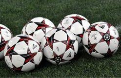 Le palle della lega dei campioni nel campo Fotografia Stock Libera da Diritti