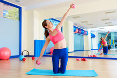 Le palle della sabbia della donna di Pilates esercitano l'allenamento alla palestra Fotografia Stock
