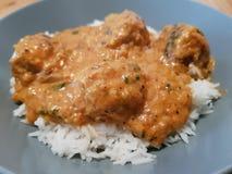 Le palle di carne di pollo con Tikka sauce con riso basmati fotografia stock libera da diritti