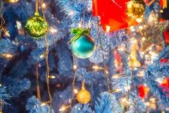 Le palle di Natale sull'albero di Natale decorano con illuminazione del LED Immagine Stock Libera da Diritti
