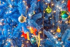 Le palle di Natale sull'albero di Natale decorano con illuminazione del LED Fotografie Stock Libere da Diritti