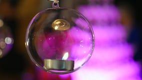 Le palle di vetro con le candele appendono prima della finestra archivi video