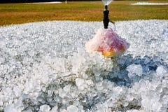 Le palle ed il getto di acqua di ghiaccio nel parco Fotografia Stock Libera da Diritti