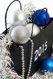 Le palle ed il lamé di Natale in regalo insaccano il simbolo del isolat del nuovo anno Fotografie Stock Libere da Diritti