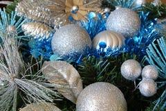 Le palle ed il lamé di Natale sull'Natale si avvolgono Fotografie Stock