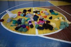 Le palle multicolori di filato sulla pallacanestro sistemano Fotografie Stock Libere da Diritti