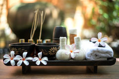 Le palle tailandesi della compressa di massaggio della stazione termale, palla di erbe e stazione termale del trattamento, si ril immagini stock libere da diritti