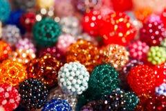 Le palle variopinte a mano-wowen fatte del seme di vetro minuscolo borda Immagini Stock Libere da Diritti