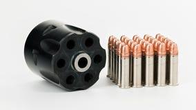 le pallottole rotatorie e d'ottone del revolver 22 si chiudono su Immagini Stock