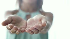 Le palme aperte delle mani femminili chiamano Gesto dalla giovane donna video d archivio