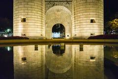 Le palme Gate, rotonda del monumento alla notte (Puerta de Palmas, cattivo immagini stock libere da diritti